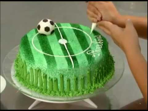 Gateau en forme de stade de foot youtube - Decoration football pour anniversaire ...