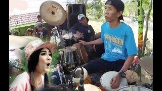 Download video Detik-detik suami NELLA KHARISMA (Malik), Panggung roboh waktu maen kendang