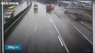 Tai nạn kinh hoàng giữa xe cứu hỏa và xe khách trên cao tốc Pháp Vân - Cầu Giẽ