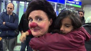 Clowns heitern Flüchtlinge in Wien auf