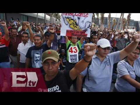 Padres de los 43 normalistas desaparecidos marchan en Chilpancingo / Excélsior informa