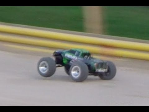 Traxxas Revo 3.3 first run [OffRoad Track]