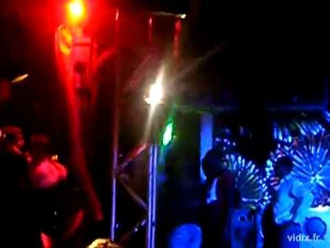 Booba tape un mec sur scène au JM3 de Erstein
