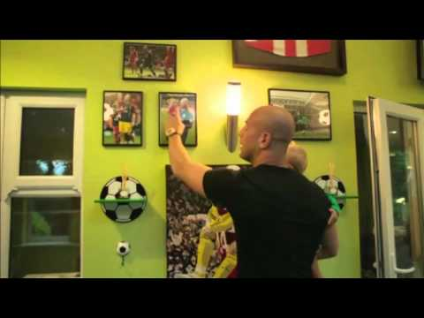 Being Liverpool Preview: Pepe Reina At Home