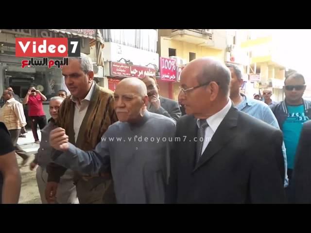 """بالفيديو.. مواطن لمحافظ الجيزة: """"عايزين رصيف نمشى عليه"""""""