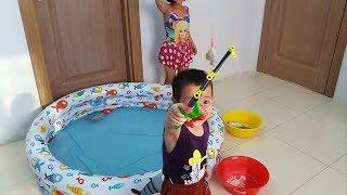 Đồ chơi câu cá tại nhà - Gia Linh cùng em Cò Câu Cá ở bể bơi bơm hơi