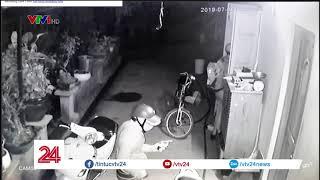 Kinh hoàng băng nhóm cầm súng tấn công một nhà dân trong đêm | VTV24
