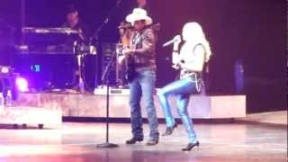 "Download Lagu ""Remind Me"" - Brad Paisley Surprises Carrie Underwood While Singing - Nashville 9/23/2012 Gratis STAFABAND"