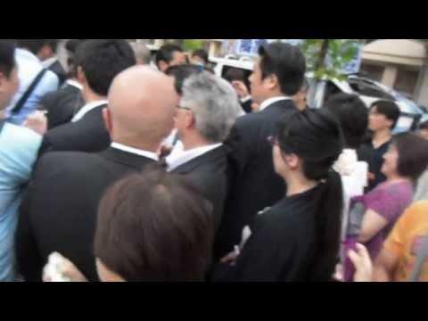 男性が麻生氏に「宝塚市は靖国行ったらあかん言ってるんです!」