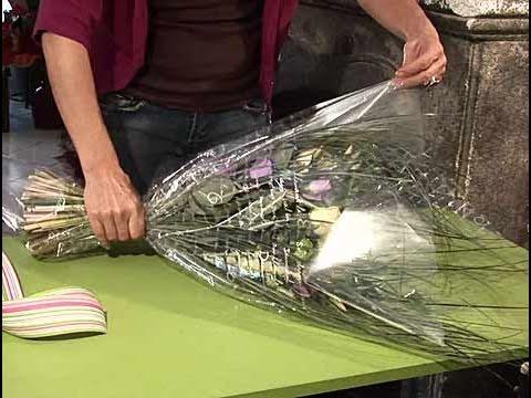 C mo hacer un envoltorio para un ramo de flores youtube - Como hacer un estor enrollable paso a paso ...