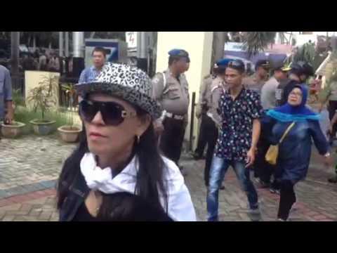 Aksi damai simpatisan Imba-Boby sambangi KPU Manado