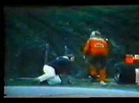 """Após ser retirado da prova pelo proprio companheiro de equipe,Jochen Mass,James Hunt acerta um """"direto"""" bem no meio do fiscal que foi ajudá-lo ,mas depois Hu..."""