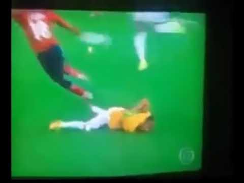 Neymar combina Joelhada nas costas com Zuniga