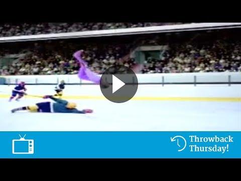 Kunstschaatser in ijshockey-wedstrijd (Delta Lloyd)