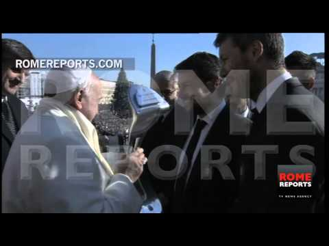 San Lorenzo de Almagro brings championship trophy to Pope Francis