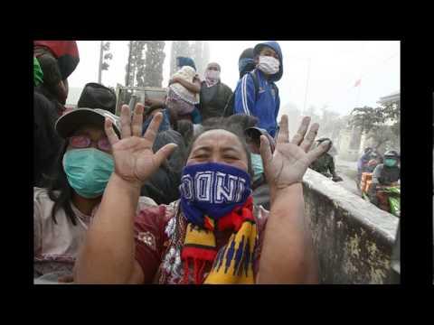 [MUST WATCH] Indonesia's violent Mount Kelud eruption kills 2, displaces hundreds of thousands