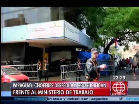 Paraguay: choferes despedidos se crucifican frente a ministerio