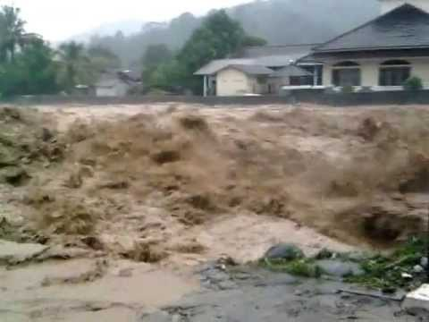 banjir bandang melanda sungai cisolok