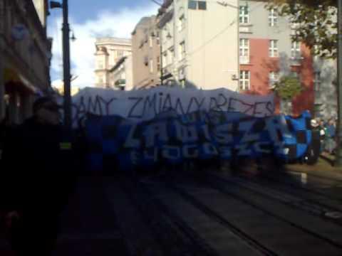 Kibice Zawiszy Bydgoszcz Idą Na Bydgoski Ratusz Ze śpiewem Na Ustach