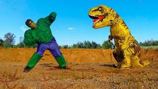 Халк и Динозавр поссорились. Малыш едет на зеленом тракторе и помогает подружиться им