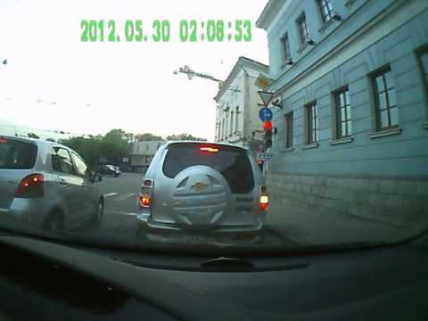 Бешенный пешеход, ударом разбил пассажирское стекло