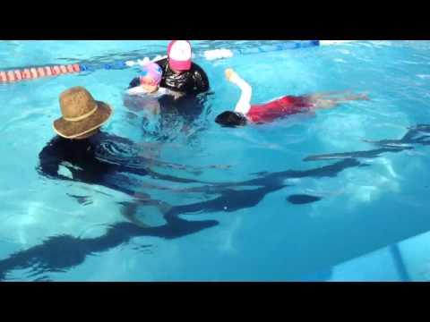 Thamy al cuarto mes de sus clases de natacion