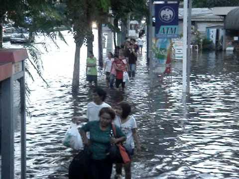 flood in saphan mai Big c (Thilani & Ohviya going to Big c)