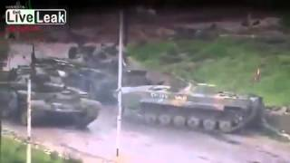 Syrian war Mutual assistance tank crews SAA - the evacuation of the tank on the battlefield