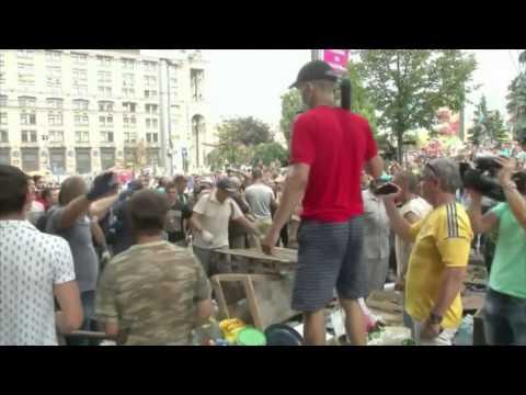Kiev : les Ukrainiens démontent les barricades du Maïdan