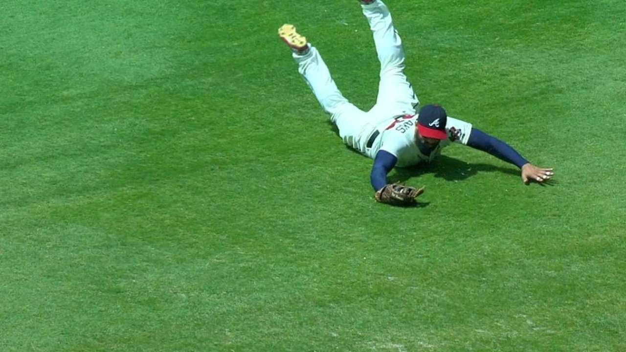 PHI@ATL: Markakis lays out for diving grab, saves run