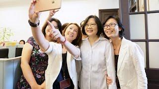 總統蔡英文與陳副總統慰勉府內各處室同仁