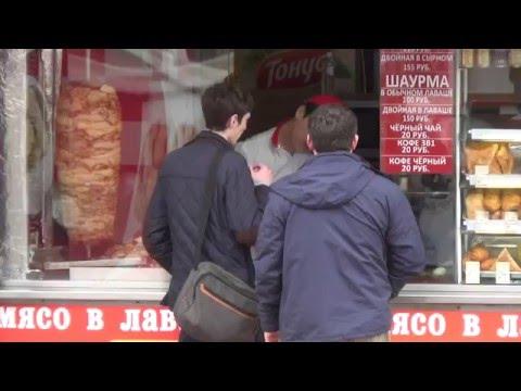 Люди покупают шаурму около метро Отрадное. Шаурма вкусная