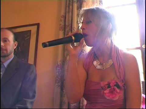Matrimonio di Martina (Stella Gemella), che canta in veste da sposa la Nannini