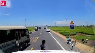 Kinh hoàng xe ô tô húc văng người đi xe máy xuống ruộng lúa