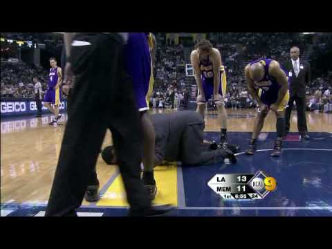 andrew bynum injury (sprained right knee) 1-31-09 at memphis Video