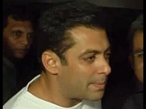 Salman shuffles between Zarine & Katrina, Sonam Kapoor plays by Kareena's rules, &  more hot news