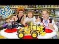 Маша, Света и Адриан идут в музей Лего в Москве