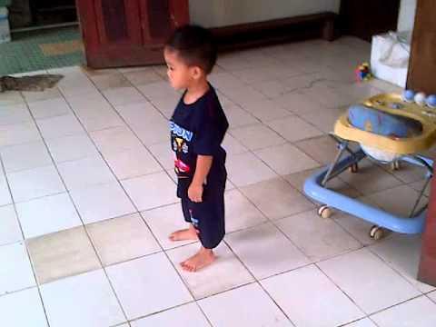 video lucu anak kecil (kerasukan) marah-marah dan salto karena kupu-kupunya mati