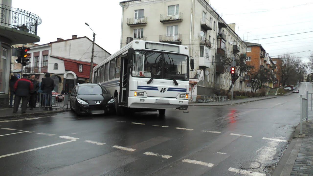 У Калуші на перехресті маршрутний автобус затиснув мінівен