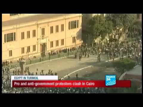 Pro and anti-government protesters clash in Cairo