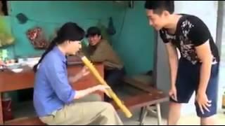 Thanh niên dạy gấu hút thuốc lào