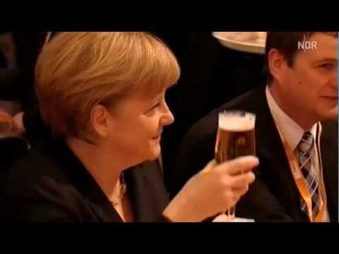 Merkel bekommt Bierdusche