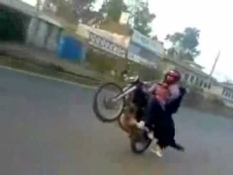 YouTube - Crazy motorcycle stunt in Pakistan 2.flv