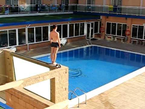 Skok u hotelski bazen