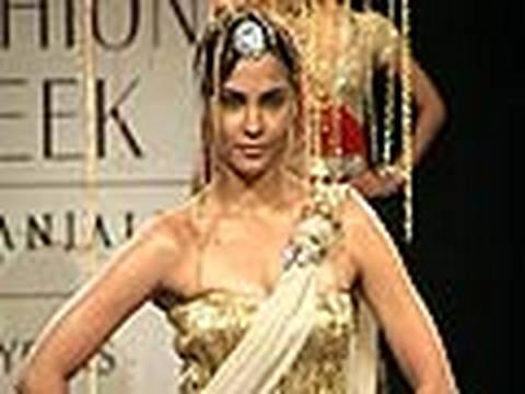 Sexy Lara Dutta's Hot Ramp Show!! video