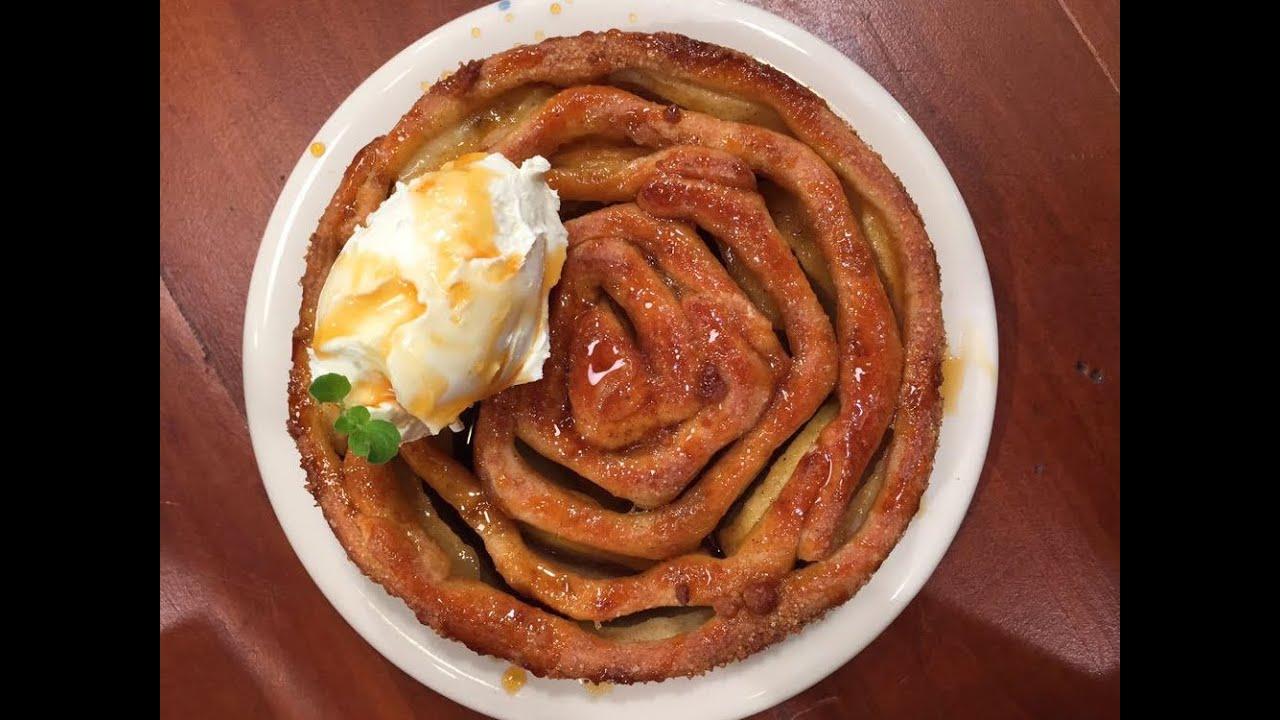 Espiral de manzanas con salsa de caramelo y helado