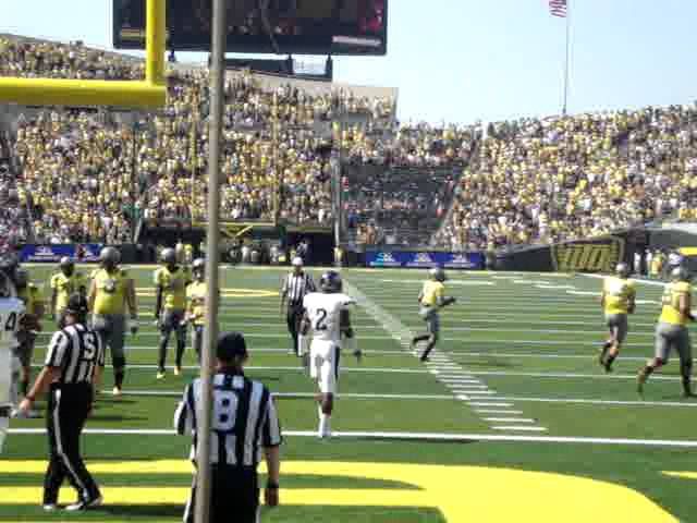 Oregon RB DeAnthony Thomas catches a 24 yard touchdown pass vs Nevada 9-10-2011