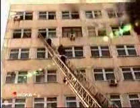 edificio ruso en llamas incendio