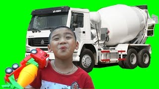 Dương khám phá xe bồn trộn bê tông, Kênh Em Bé ✅