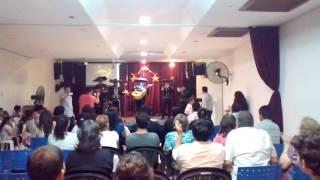 APOSTASÍA,PASTOR SEDE EL ALTAR A MARIACHIS MUNDANO
